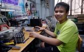 吳陳雄英正製作出100台自動殺菌洗手機。