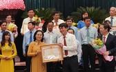 市人民議會主席阮氏麗(前左二)向出色集體與個人頒發獎狀。