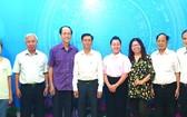 市委宣教處副主任阮壽傳(左四)與市各少數民族文學藝術協會執委會合照。