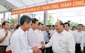 政府總理阮春福與代表交談。(圖源:越通社)