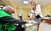 10月31日,選民在格魯吉亞第比利斯一家投票站參加議會選舉投票。(圖源:新華社)