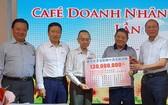 華人企業家代表轉交賑災善款給本報領導。
