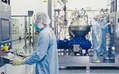 再生元製藥公司的科研人員,在紐約州的設施內研製新冠肺炎抗體療法藥物。(圖源:Getty Images)