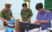 職能力量在富安省東和市資源與環境科辦公室搜集犯罪證據。(圖源:鄧榮)