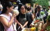 消費者在有機食品集市購買水果。