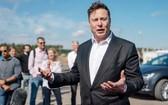 特斯拉(Tesla)執行長馬斯克(Elon Musk)今年9月初訪問德國柏林附近的超級工廠廠址,與在場人士談話。 (圖源:歐新社)