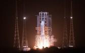 長征五號遙五運載火箭將嫦娥五號探測器發射升空。(圖源:新華社)