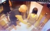 電梯監控錄下了M.J的非禮行為一幕。(圖源:監控視頻截圖)