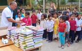 中部災區小學生們有條不紊地排隊領取文具。