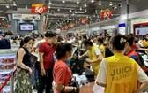 """廣大市民紛紛前往各大商場和超市選購""""黑色星期五""""促銷品。(圖源:梅花)"""