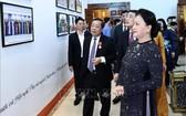 國會主席阮氏金銀觀看銀行部門成就展。(圖源:越通社)