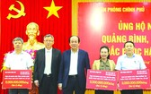政府辦公廳主任梅進勇部長(中)與寶成國際集團協理蔡汶宗(左二)向中部三省捐贈60億元賑濟款項。(圖源:VGP)