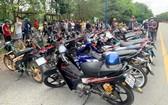 被暫時扣押的摩托車和飆車騎士。(圖源:清嬌)