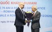 越南-羅馬尼亞友好協會主席宋文俄(右)向羅馬尼亞駐越大使館領事拉杜送鮮花慶祝羅馬尼亞國慶。(圖源:越通社)