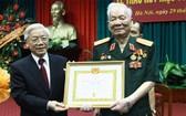 2013年7月29日,黨中央總書記、國家主席阮富仲向黎德英同志頒授75年黨齡紀念章。(圖源:中央宣教部)