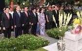 市領導親往守德郡本市陵園上香和敬獻鮮花緬懷原國家主席黎德英大將。(圖源:越勇)