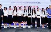 泰國駐本市總領事Apirat Sugondhabhirom (右一)向學生派發助學金。