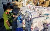 職能力量在西貢港口當場查獲大量二手醫用手套。(圖源:功源)