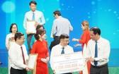 第五郡越南祖國陣線委員會副主席陳南德(中)代表郡移交善款。