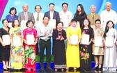 原國家副主席張美華(右五)向熱心人士、單位贈送紀念章。