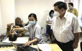 丁文森觀察醫生給病人在施手術前檢查眼睛。