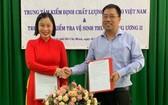 越南燕窩檢驗中心代表杜燕君(左) 與中央二獸醫衛生檢查中心簽署合作協議。