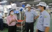 第七郡新順出口加工區越南Juki有限責任公司黨支部黨員聆聽勞工的心聲,以給企業領導作參謀。
