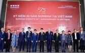 新華集團(越南)董事及新華創新首席執行官蔡卓思(左七)與多國駐胡志明市總領事及商業協會代表合影。