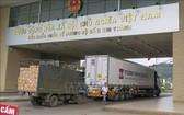圖為兩輛運載農產品的貨車經老街金城口岸通關後運往中國。(圖源:越通社)