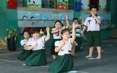 圖為本市第一郡梁世榮小學校學生們在老師的指導下排練文藝節目。
