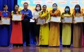 第十一郡共青團副書記、郡青聯會主席鄧孝(左四)向模範年輕教師頒獎。