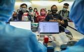 經由新山一國際機場口岸入境的外籍人士在辦理健康檢查手續。(圖源:友科)