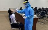 東區車站的一名女文員接受深喉拭子取樣測試。(圖源:HCDC)