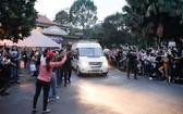 上千名民眾夾道向運載志財藝人的靈柩車致哀送行。(圖源:民越)