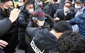 韓國性侵犯趙斗順12日刑滿出獄,大批民眾包圍抗議。(圖源:AP)