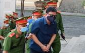 今(14)日上午七時許,法警押送被告人丁羅昇到法庭受審。(圖源:友輝)