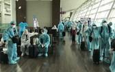圖為韓籍人士經內牌國際航空口岸入境時辦理健康申報手續。(圖源:VNN)