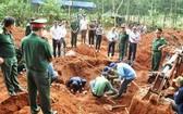 烈士骸骨搜集隊在挖掘並歸集烈士骸骨。(圖源:德智)