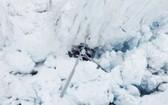 直升機墜毀在冰川縫隙中。(圖源:路透社)