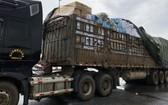 圖為一輛裝滿貨物的大卡車被扣留。(圖源:陳山)