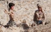 當地時間12月15日,澳大利亞昆士蘭州,惡劣天氣襲擊澳大利亞多地,海灘被濃厚的泡沫覆蓋。(圖源:互聯網)