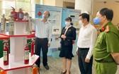 市委副書記阮胡海與各幹部參觀消防設備展。(圖源:草黎)