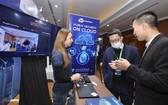 嘉賓參觀2020年越南互聯網日展會。(圖源:越通社)