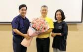 中文系副主任阮福祿送花給大發餅家總經理許玉林(中)。