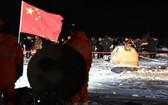 12月17日凌晨,嫦娥五號返回器攜帶月球樣品,採用半彈道跳躍方式再入返回,在內蒙古四子王旗預定區域安全著陸。(圖源:新華社)