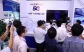 用戶在MobiFone交易中心體驗5G試行商用服務。(圖源:PV)