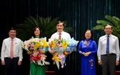 兩位新任市人委會副主席接受市領導贈送鮮花祝賀。(圖源:市黨部新聞網)