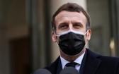 12月16日,法國總統馬克龍在葡萄牙總理抵達巴黎愛麗舍宮時向媒體發表講話。(圖源:AFP)