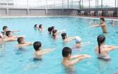 小學生游泳班教學現場一瞥。(圖源:珍何)
