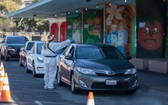 """設立在美國加州舊金山Alemany農貿市場的""""得來速""""式新冠病毒檢測站向市民提供檢測服務。(圖源:Getty Images)"""